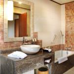 Deluxe Club Cottage bathroom & shower (ground floor)